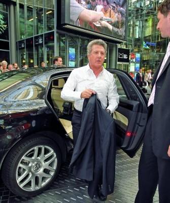Filmpremiere mit Volkswagen: Dustin Hoffmann fährt im Phaeton vor