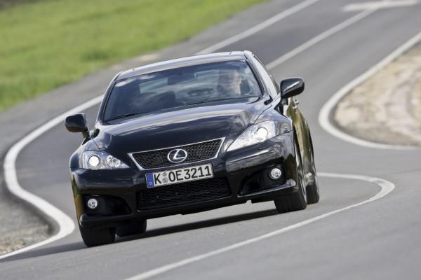 Britische Polizisten fahren Hochleistungs-Lexus