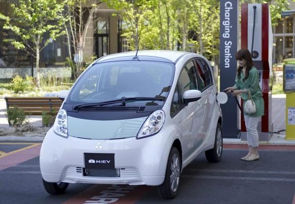 Elektroauto i-MiEV von Mitsubishi macht bei Energieversorger Station