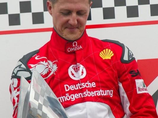 Schumacher siegt beim Charity-Kartrennen: Felipe Massa rast auf Drei