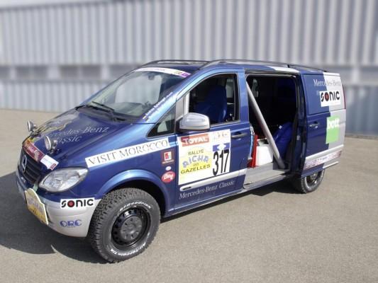 Daimler-Mitarbeiterinnen fahren bei Wüsten-Rallye mit