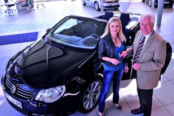 Markenbotschafterin Regina Halmich fährt Volkswagen Eos