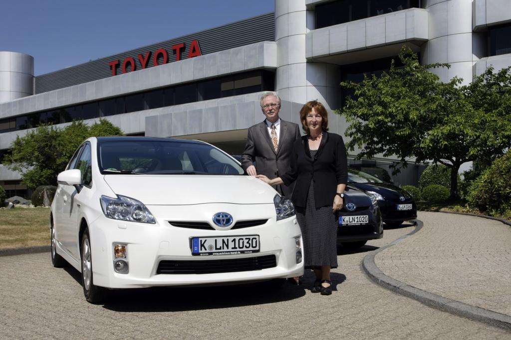 Toyota übergibt drei Prius an die Stadt Köln
