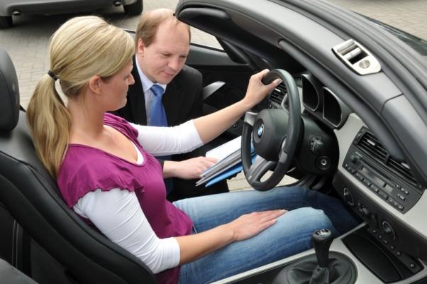 Recht: Neuwagen-Händler muss Schluckspecht zurücknehmen