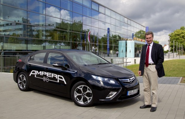 Günther Oettinger testet Elektroauto Opel Ampera