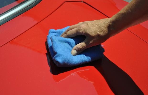Vogelkot - Rote Autos sind beliebtes Ziel