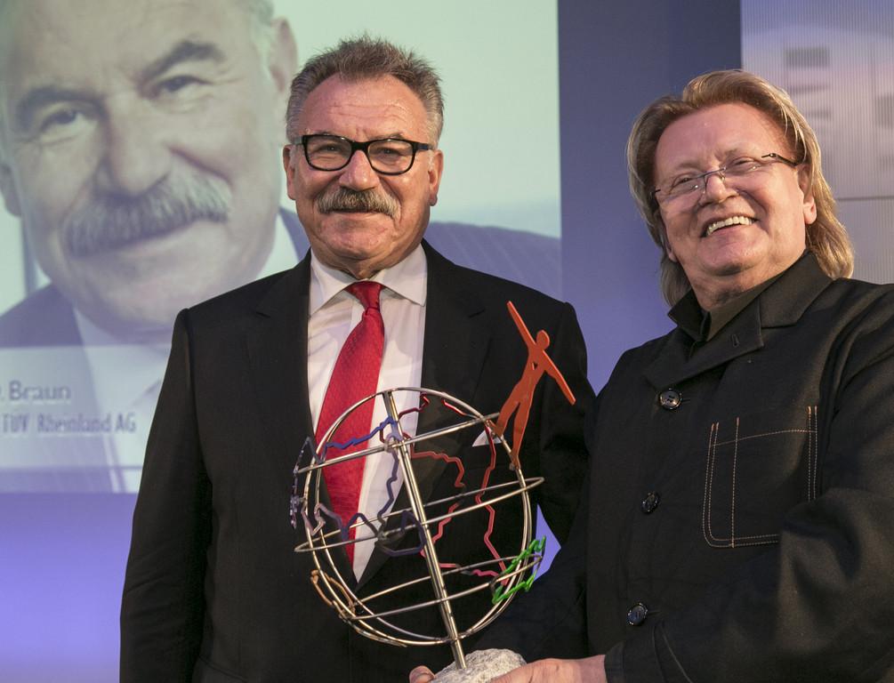 HA Schult ehrt Prof. Bruno Braun mit Öko-Globe