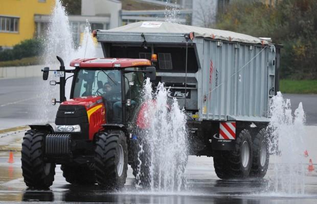 Fahrsicherheitstraining mit Landwirtschaftsfahrzeugen - Driften auf dem Güllebomber
