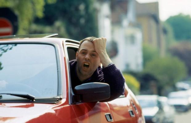 Beleidigende Gesten und Worte im Straßenverkehr: Strafe droht