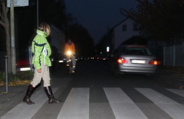 Autofahrer haftet nicht bei dunkler Kleidung