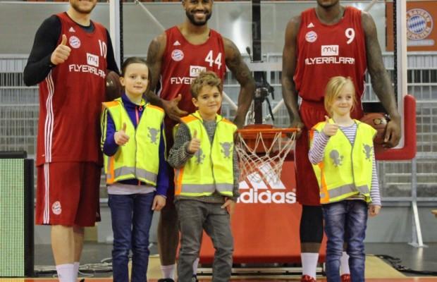 Basketballer unterstützen Sicherheitswesten-Aktion