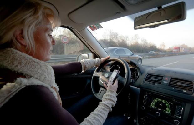 Abgelenkte Autofahrer - Mit dem Handy in den Blindflug