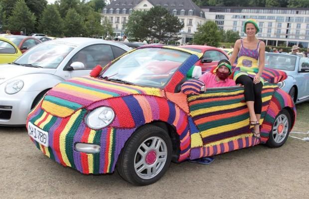 Käfer-Fans feiern den VW Beetle am Ostsee-Strand