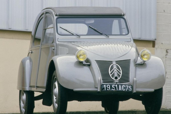 """Platz 1: Citroen 2 CV von 1948. In Frankreich wurde der """"deux chevaux"""" mit seinem luftgekühlten Zweizylinder-Boxermotor und Frontantrieb erst zum wichtigsten Auto des 20. Jahrhunderts gewählt"""