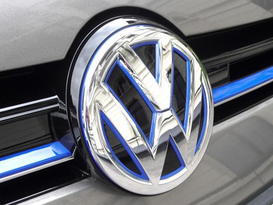 VW Golf GTE: Das Makenlogo prangt vorn groß und mittig im Kühlergrill.