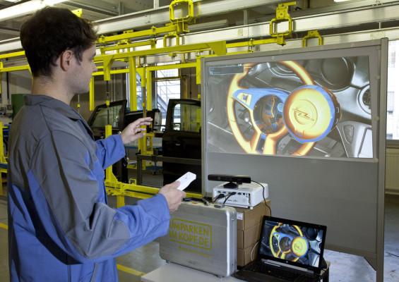 Opelaner lernen Autobau mit Spielekonsole.