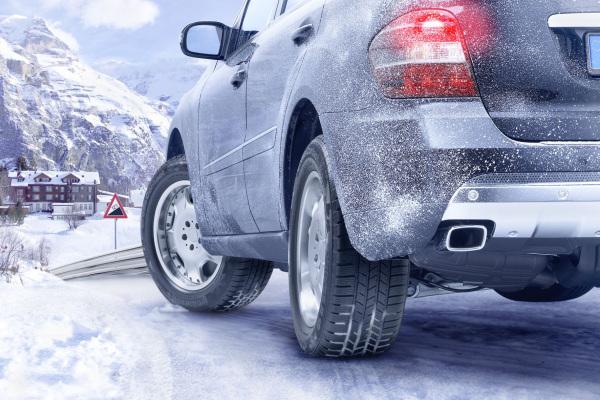 Vorsicht Kurve: Welcher Autofahrer ist im Winter nicht schon einmal ins Schleudern geraten? Kaum zu glauben: Laut einer Umfrage nur 61 Prozent.