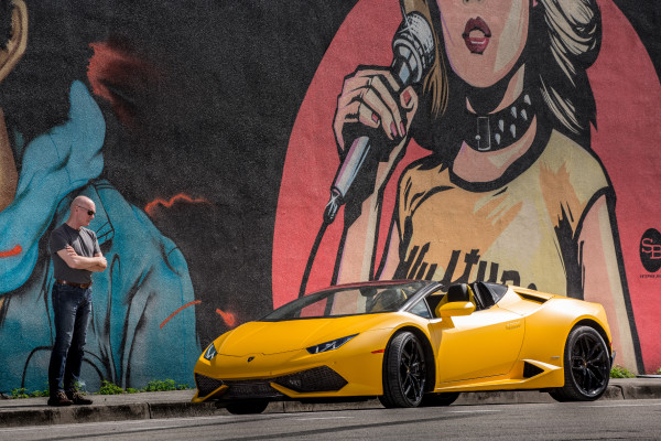 Der fällt auf: Der Lamborghini Huracan LP610-4 Spyder ist das perfekte Spiel-Mobil für Exhibitionisten.