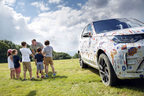 Kinder von Land-Rover-Entwicklern durften einem Discovery-Prototyp ein neues Tarnkleid geben.