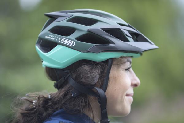 Fahrradhelme gibt es für verschiedene Einsatzzwecke, etwa wie hier für Mountainbiker mit an der Rückseite tiefergezogener Schale, abnehmbarem Schild und jeder Menge Belüftungsöffnungen.