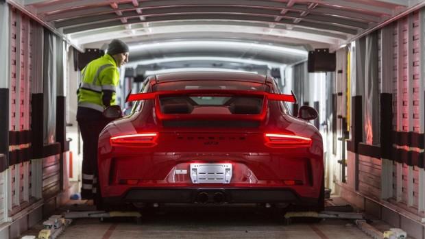 Porsche nutzt für den Bahntransport seiner Neufahrzeuge klimaneutralen Naturstrom.