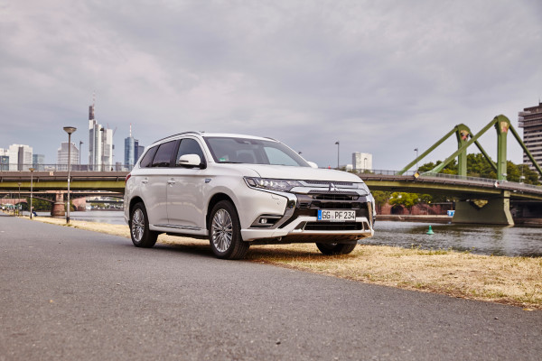 Der Mitsubishi Outlander Plug-in-Hybrid macht auch in der Großstadt eine gute Figur. Jetzt fährt er bei den Händlern vor. Der Einstiegspreis liegt bei 29.990 Euro.