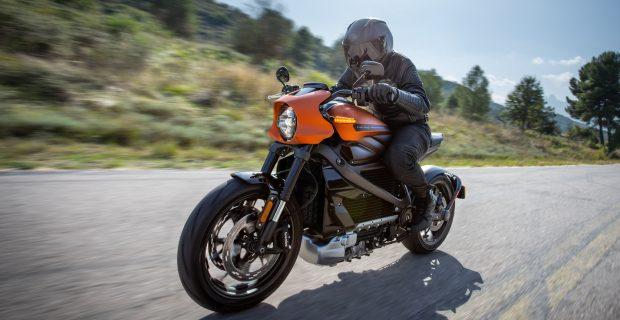 Die LiveWire steht als erstes vollelektrisches Motorrad der Marke für den Umbruch beim Bike-Bauer Harley-Davidson. Noch in diesem Jahr soll die Maschine zu den Händlern surren.
